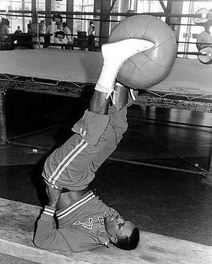joe-frazier-in-training-at-the-concord-e