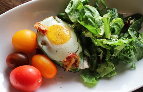 Bakt avocado med egg & sprø bacon