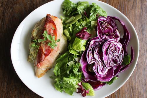 Fylt kyllingfilét med lilla spisskålsalat