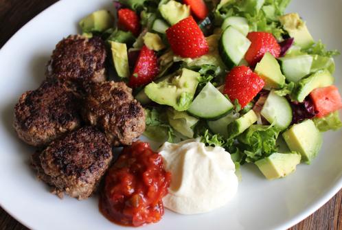 Tyrkiske kjøttboller med jordbær- & avocadosalat
