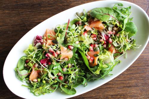 Blandet salat med røkelaks, gresskarkjerner & granateple