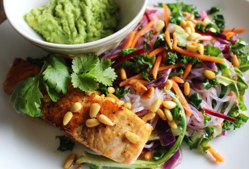 Karri- & ingefærlaks med guacamole & shiratakinudler
