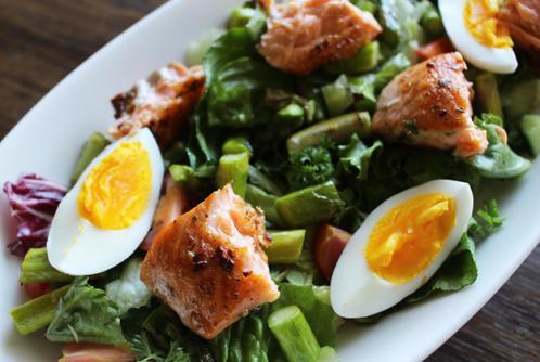 Middagssalat med varm laks, egg & asparges