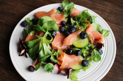 Blandet salat med røkelaks & blåbær
