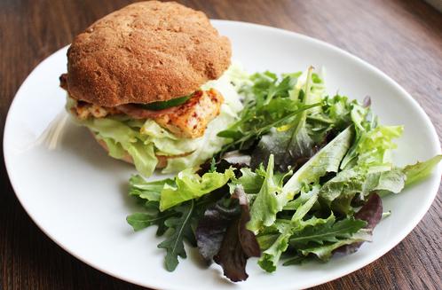 Kyllingburger med hjemmelaget hamburgerbrød