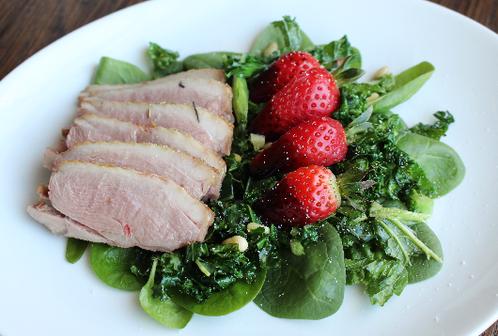Lun salat med andebryst & balsamicodyppede jordbær