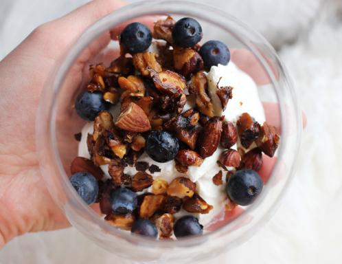 Fersk granola med tyrkisk youghurt og blåbær