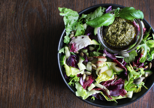 Salatbolle med grønn pesto