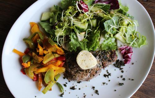 Entrecôte med salat & hvitløksstekt paprika