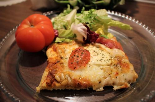 Blomkålpizza med serranoskinke, mozarella & pinjekjerner