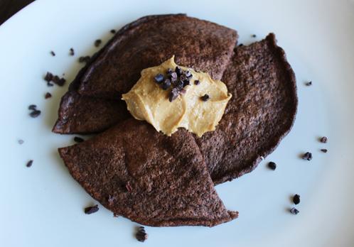 Sjokoladepannekake med nøttesmør