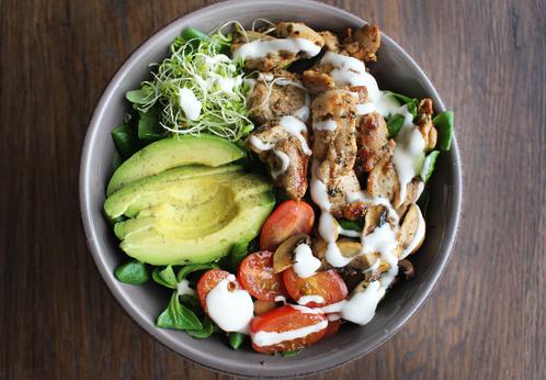 Salatbolle med marinert kylling, sopp & avocado