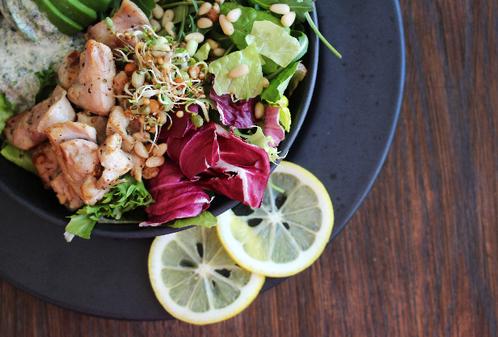 Salatbolle med sitronstekt kylling, avocado & korianderdressing