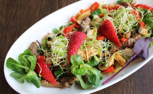 Salat med kalvekjøtt, jordbær & sopp