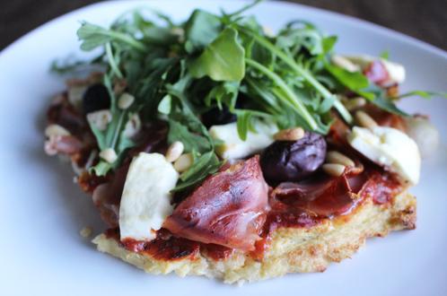 Blomkålpizza med spekeskinke, oliven & fetaost