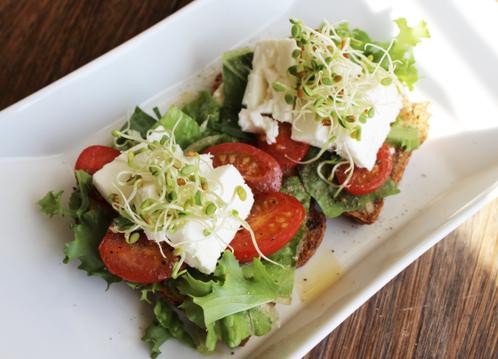 Frokostskiver med gresk feta & varme tomater