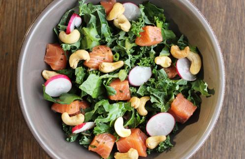 Raw salat med salmalaks & cashewnøtter