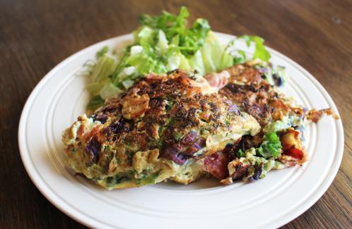 Fyldig frokostomelett med grønnkål, bacon & lilla spisskål