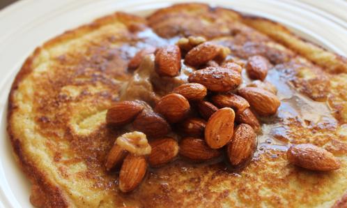 Amerikansk pannekake med peanøttsmør & mandeltopping