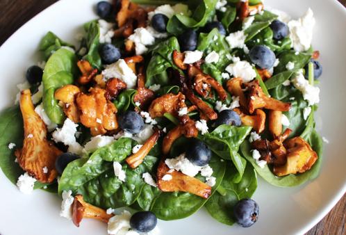 Deilig høstsalat med kantareller & blåbær