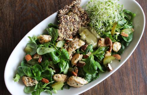 Grønn salat med basilikumkylling og sprø mandler