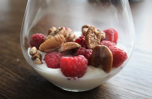 Gresk youghurt med nøtter og bringebær