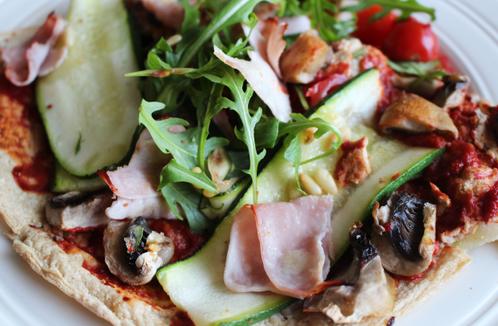 Pizza med squash, skinke & ruccola
