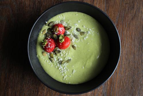 Grønn smoothiebolle med avocado