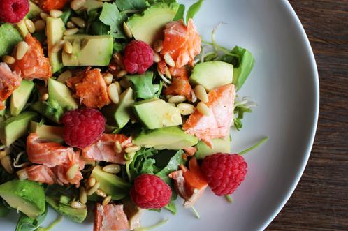 Ørret- & avocadosalat med pinkjerner og bringebær