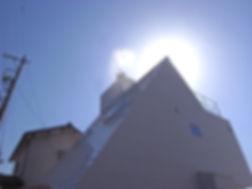 7海の家、庭の家、太陽の塔_屋根に水を撒いておられるシーンのもの白黒のコピー.j