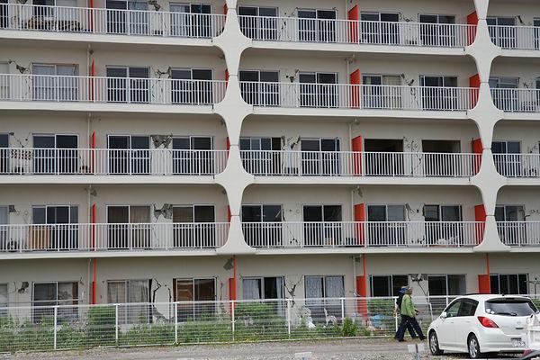 写真2 震災後、取り壊されたマンション(牧紀男撮影).jpg