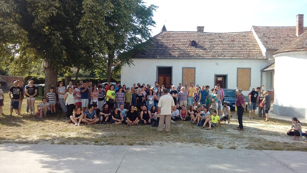 A táborzáró bemutatók megnyitója a vönöcki művelődési ház előtt