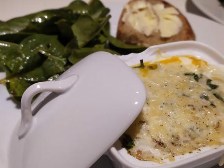 Œufs cocotte et salade de jeunes pousses d'épinards