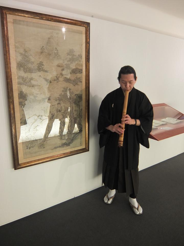 devant les oeuvres de Hokusai
