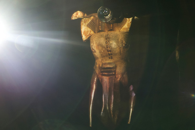 Photography : Picture of Indigenous mask projected on body surface / Dimensions variable