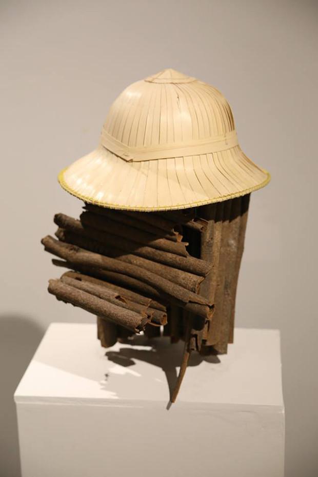 Sculpture: Colonial hat, cinnamon