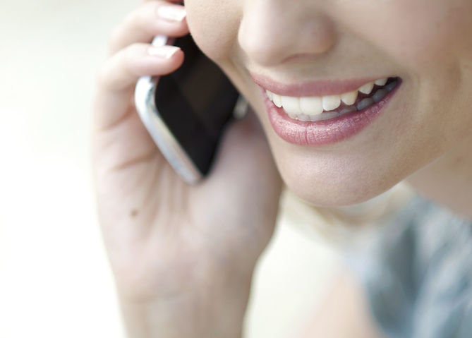 携帯電話で話して