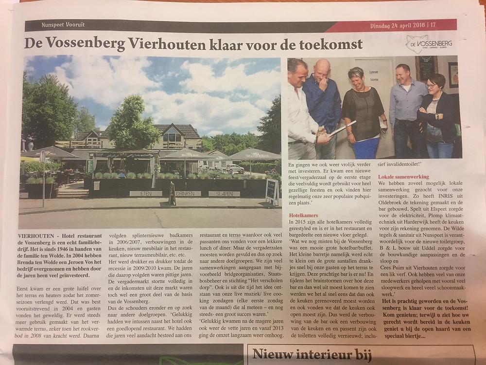 """de Vossenberg klaar voor de toekomst Vierhouten, 5 april 2018 Hotel restaurant de Vossenberg is een echt familiebedrijf. Het is sinds 1946 in handen van de familie ten Wolde. In 2004 hebben Brenda ten Wolde en Jeroen Vos het bedrijf overgenomen en hebben door de jaren heen veel geïnvesteerd. Eerst kwam er een grote luifel over het terras en heaters zodat het zomerseizoen verlengd werd. Dat was best vooruitstrevend in 2004 en gasten vonden het geweldig. Er werd steeds meer gebruik gemaakt van het verwarmde terras, zeker toen het rookverbod in 2008 van kracht werd. Daarna volgden splinternieuwe badkamers in 2006/2007, verbouwingen in de keuken, nieuw meubilair in het restaurant, nieuw terrasmeubilair, etc. etc. Het werd drukker en drukker totdat de recessie in 2009/2010 kwam. De jaren die daarop volgden waren pittige jaren. De vergadermarkt stortte volledig in en de inkomsten uit deze markt waren toch wel een groot deel van de basis van de Vossenberg.  Dus de schouders eronder en op zoek naar andere doelgroepen. Gelukkig hadden we intussen naast het hotel ook een goedlopend restaurant. We hadden die jaren veel aandacht besteed aan ons restaurant en terras waardoor ook veel passanten ons vonden voor een lekkere lunch of diner. Maar de vergaderzalen moesten worden gevuld en dus op zoek naar andere doelgroepen. We zijn veel samenwerkingen aangegaan met bijvoorbeeld bridgeorganisaties, Staatsbosbeheer en stichting """"het verscholen dorp"""". Ook is uit die tijd het idee ontstaan van onze live muziek/ live cooking zondagen (elke eerste zondag van de maand) die al meteen – en nog steeds- een groot succes waren. Gelukkig kwamen na de magere jaren ook weer de vette jaren en vanaf 2013 ging de omzet langzaam weer omhoog. En gingen we ook weer vrolijk verder met investeren. Er kwam een nieuwe feest/vergaderzaal op de eerste etage die veelvuldig wordt gebruikt voor heel gezellige feesten en ook vinden hier regelmatig onze zeer populaire pubquizen plaats. In 2015 zijn alle hotelkamers"""