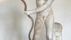 La statua di Eros con l'arco