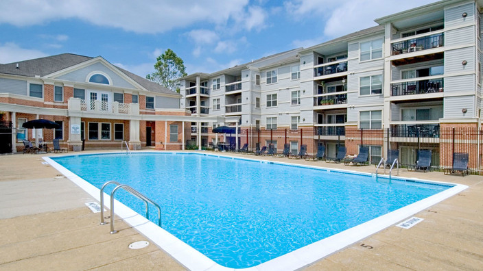 columbia-crossing-apartments-swimming-po
