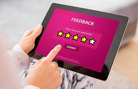 homem-acessando-um-tablet-e-dando-seu-feedback-para-uma-empresa
