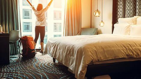 mulher-no-seu-quarto-de-hotel