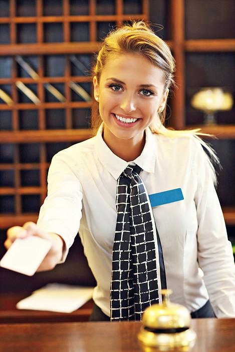 recepcionista-do-hotel-entregando-a-chave-do-quarto