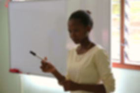 die pädagogische Montessori Fachkraft Furaha unterrichtet