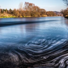 Slunečný listopad na barevné řece