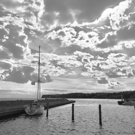 SY Summer Dream einsam im Hafen von Hesnaes