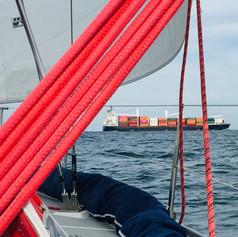 Berufsschiffahrt in der Kadetrinne ausweichen