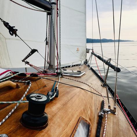 Entspanntes Segeln bei 7 kn Wind mit dem Strom elbaufwärts
