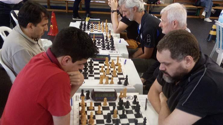 Dois favoritos da Categoria Especial se enfrentaram na primeira rodada: Osasco A X EC Pinheiros A. Na mesa 1 houve o duelo MI Renato Quintiliano x MI Vinicius Marques.