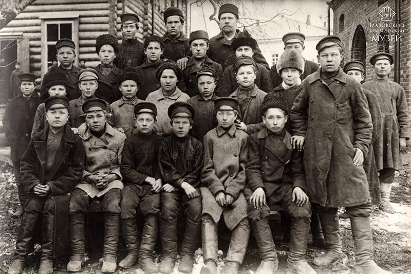 Ученики ремесленного отделения Глазовско